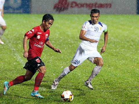 Long An (đỏ) đã thua 11 trận mùa này. Ảnh: Quang Liêm