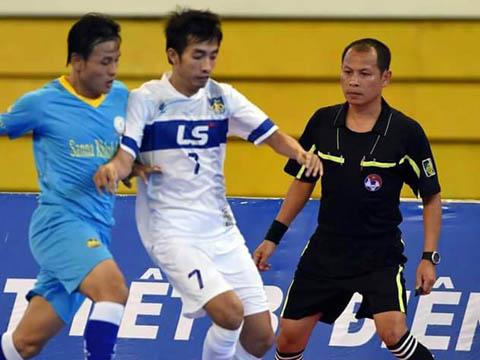Trọng tài Trần Mạnh Sơn khiến futsal Việt Nam bỗng dưng dậy sóng những ngày qua. Ảnh: QT