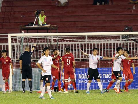 Trận lượt đi trên sân Thống Nhất giữa Long An và TP.HCM chính là biến cố lớn nhất V-League nhiều năm qua. Ảnh: Quang Liêm