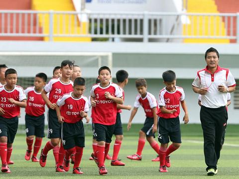HLV Hồng Sơn trực tiếp tuyển sinh những cầu thủ nhí xuất sắc. Ảnh: Quang Liêm