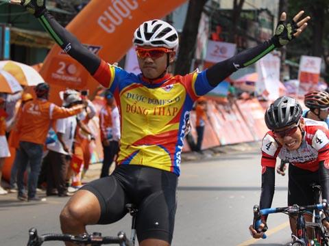 Chiến thắng của Tấn Hoài giành tặng người đồng đội Minh Trí đã giã từ cuộc đua vì chấn thương nặng. Ảnh: QL