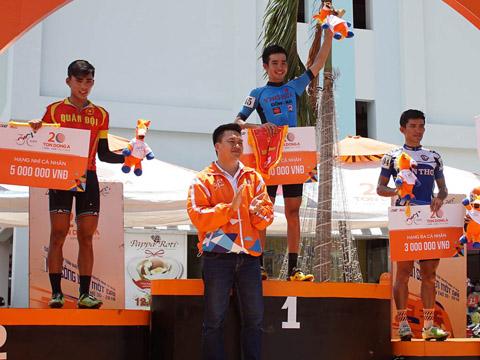 Niềm vui của Hoàng Sang ở bục nhận giải