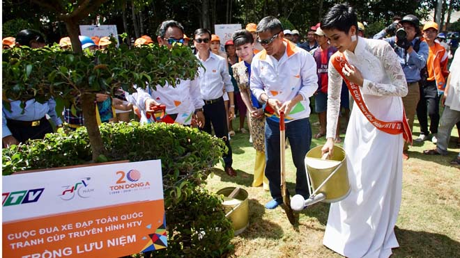 Hoa hậu H'Hen Niê hoàn tất hành trình cùng giải xe đạp xuyên Việt 'Non sông liền một dải'