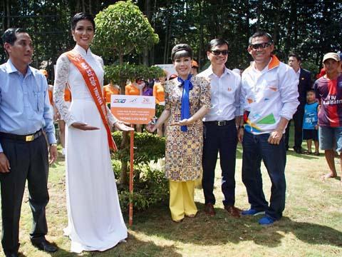 Hoa hậu H'Hen Niê cùng BTC cuộc đua trồng cây lưu niệm trên mảnh đất lịch sử. Ảnh: BM