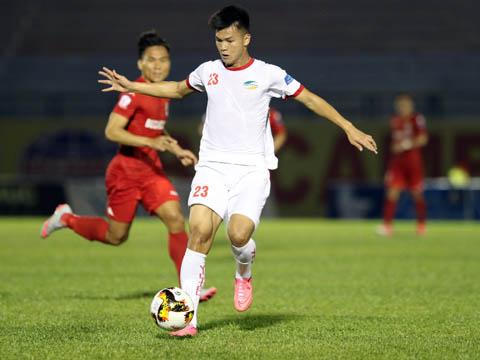 Văn Hào mở ra chiến thắng đầu tay cho Viettel trên sân Bình Phước, giúp Viettel tạm vươn lên số 1 bảng xếp hạng. Ảnh: Quang Liêm