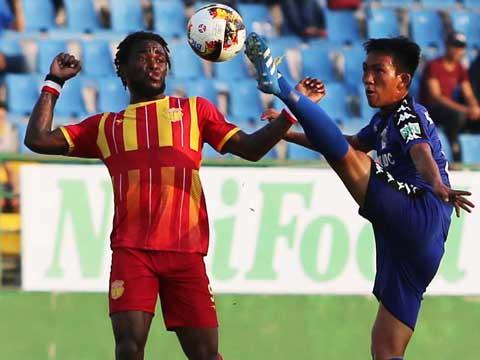 Nam Định (trái) thua sốc cả đội hạng Nhất. Ảnh: QL