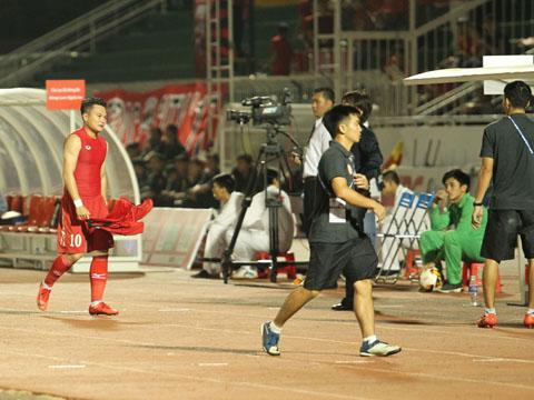 Phi Sơn bất lực vứt áo rời sân vì chấn thương dù khát khao thể hiện khi đối đầu CLB cũ. Ảnh: HT