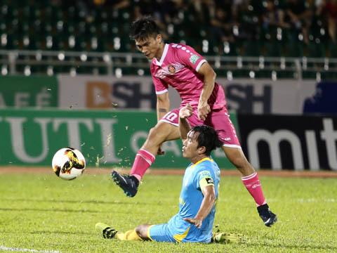 Lê Hoàng Thiên lại có bàn thắng thứ 4 cho Sài Gòn nhưng vẫn không giúp đội nhà chiến thắng. Ảnh: Lê Giang