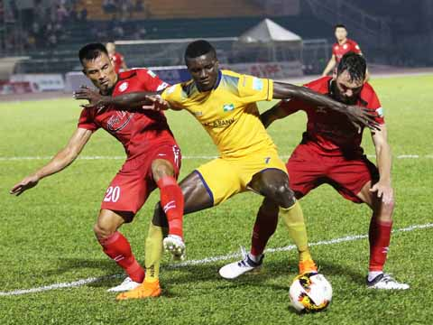 Chơi rất quyết liệt nhưng Đình Luật (đỏ) và các đồng đội cũng không thể tránh khỏi thất bại ngay trên sân nhà. Ảnh: LG