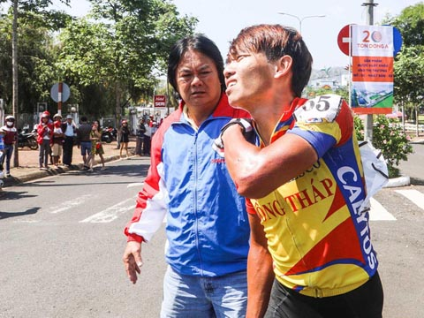 HLV Trần Văn Quýt xót xa khi chứng kiến con trai Trần Nguyễn Minh Trí gặp tai nạn gãy xương vai trưa 20-4. Ảnh: Quang Liêm