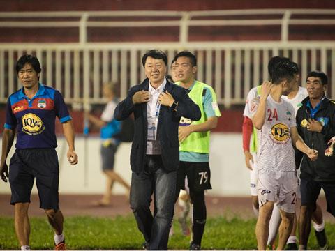 Thầy trò GĐKT Chung Hae Soung ăn mừng sau 15 năm đã biết thắng ở Thống Nhất. Ảnh: HT