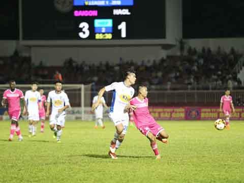 Cầu thủ nhỏ con Bùi Trần Vũ che mờ hàng loạt ngôi sao trẻ bên phía đội khách HAGL. Ảnh: Lê Giang
