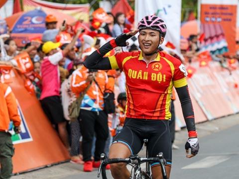 Tay đua Phú Lộc ăn mừng ở đích đến Vĩnh Long. Ảnh: BM