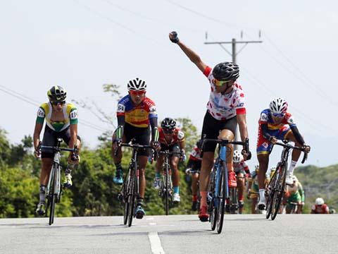 Cựu tuyển thủ Quốc gia Pháp Loic trong màu áo Bike Life Đồng Nai đã giành được Áo đỏ sau chặng 19. Ảnh: Quang Liêm