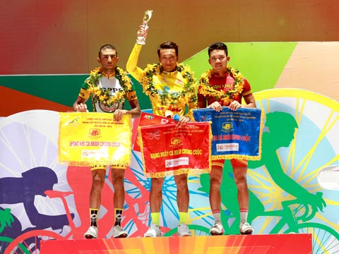 Nguyễn Thành Tâm lần đầu tiên hoàn thành ước nguyện mặc Áo vàng danh giá cuộc đua lớn nhất đất nước. Ảnh: QL