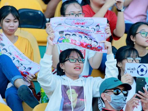Quang Hải là tâm điểm ở sân Thống Nhất tối 6/5 dù không đá chính