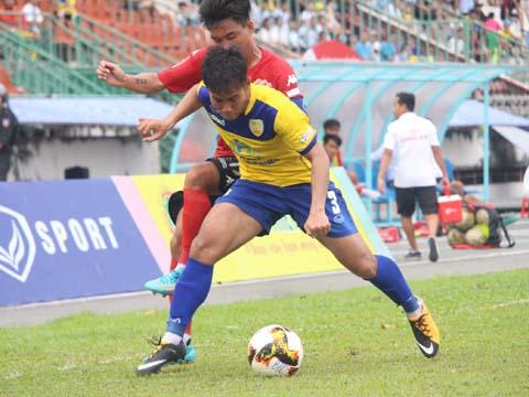 Đồng Tháp (vàng) đã vượt qua Viettel 1-0 để rút ngắn cách biệt với chính đối thủ xuống còn 3 điểm sau khi khép lại lượt đi. Ảnh: VPF