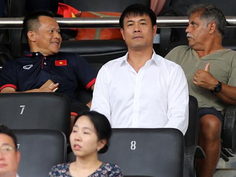 Chủ tịch Nguyễn Hữu Thắng bảo đảm tương lai cho HLV Miura. Ảnh: Quang Liêm