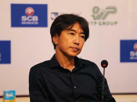 HLV Miura có dấu hiệu bất lực trước đà đi xuống của CLB sau trận thua thứ 4 liên tiếp chỉ tính ở V-League. Ảnh: LG