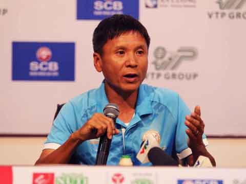 HLV Võ Đình Tân cho rằng lịch thi đấu quá nặng đã ảnh hưởng đến kết quả đội nhà. Ảnh: Quang Liêm