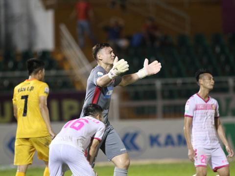 Văn Lâm ăn mừng trước sự thất thần của Sài Gòn sau trận thua thứ 3 liên tiếp ở V-League của họ. Ảnh: Tuân Phạm