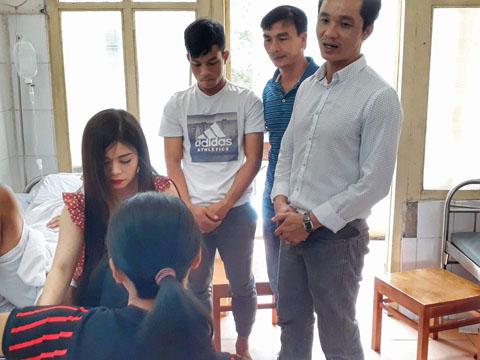 Tấn Tài và lãnh đạo CLB Long An tới thăm hỏi Văn Hào