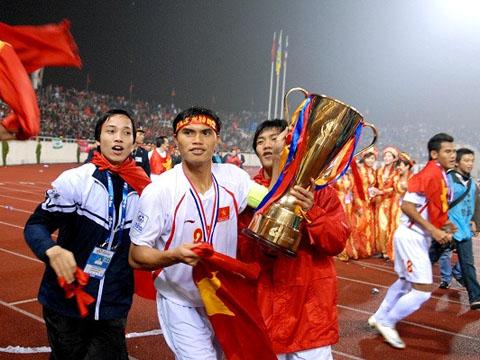 Tài Em nâng Cúp vô địch AFF 2008. Ảnh: Zing