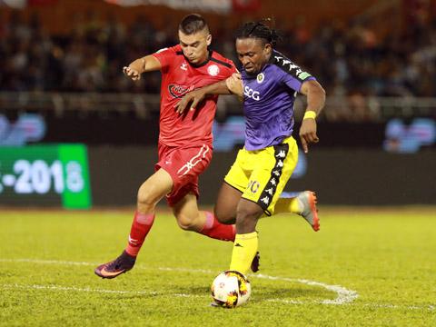Oseni đã có tới 10 bàn thắng sau 7 trận để dẫn đầu tuyệt đối trong danh sách vua dội bom mùa này. Ảnh: Lê Giang