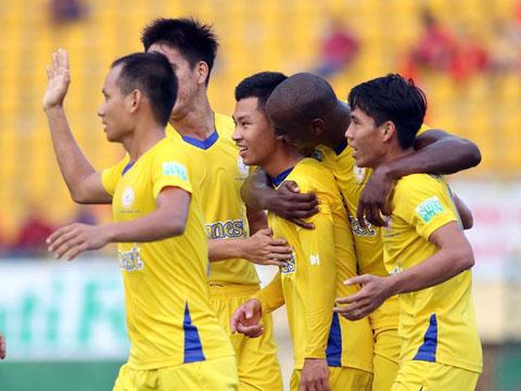 Trùm Tỉnh, Toure ăn mừng chiến thắng 3 sao của đội nhà trước đại biểu đất Thủ. Ảnh: ĐV