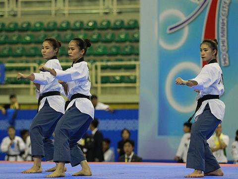 Các nữ võ sĩ mang về tấm HCV đầu tiên cho đội tuyển Quyền Việt Nam. Ảnh: Quân Trần