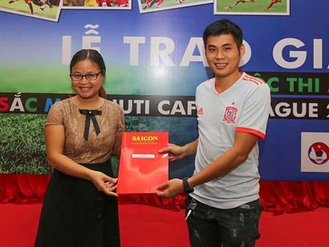 Tác giả Duy Anh nhận giải nhất từ đại diện nhà tài trợ Nutifood chiều 22/6. Ảnh: Dũng Phương