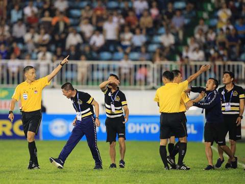 Trọng tài Duy Lân đuổi HLV Chu Đình Nghiêm lên khán đài. Ảnh: VPF