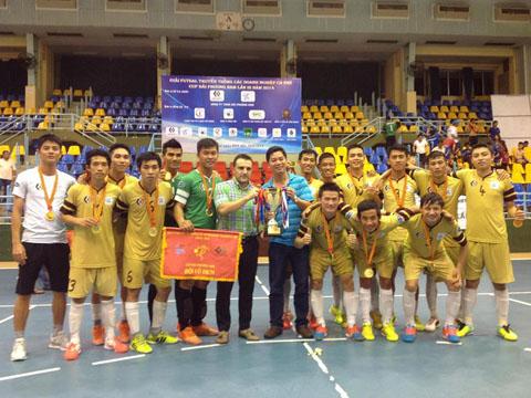HLV Tuấn Anh (trái) cùng ba cầu thủ và cựu cầu thủ Hải Phương Nam có mặt trong đội hình Thái Sơn Nam hiện tại là Quốc Hưng, Văn Toàn và Đức Hòa chụp ảnh cùng HLV Bruno. Ảnh: