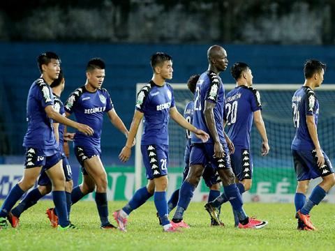 Tiến Linh (giữa) và ngoại binh Chinedu đóng góp 3/4 bàn thắng để đánh bại SHB Đà Nẵng vòng 20. Ảnh: VPF
