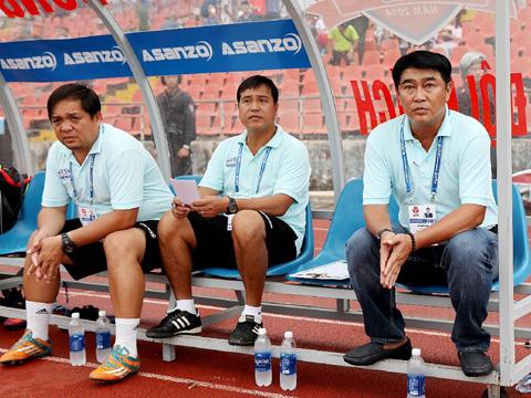 HLV Trần Minh Chiến (ngoài cùng bên phải) đã nếm mùi 3 điểm trở lại sau đúng 10 vòng đấu chỉ hòa và thua. Ảnh: VPF