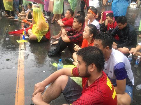 Các CĐV đội mưa xem U23 Việt Nam thi đấu chiều 29/8 ở Sài Gòn không khỏi nặng trĩu lòng khi đội nhà thua trận ở bán kết. Ảnh: Anh Linh