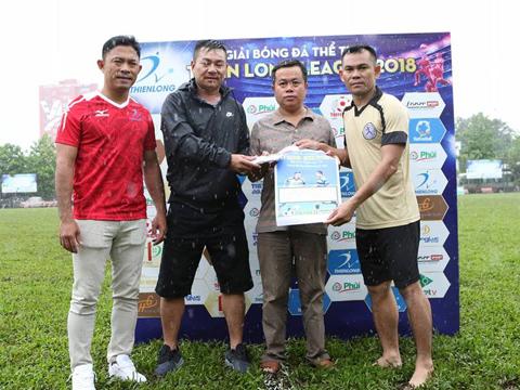 Các mạnh thường quân quyên góp được hơn 68 triệu đồng để trao tặng đại diện gia đình, ông Huỳnh Văn Khánh sau trận đấu. Ảnh: Tuấn Phong
