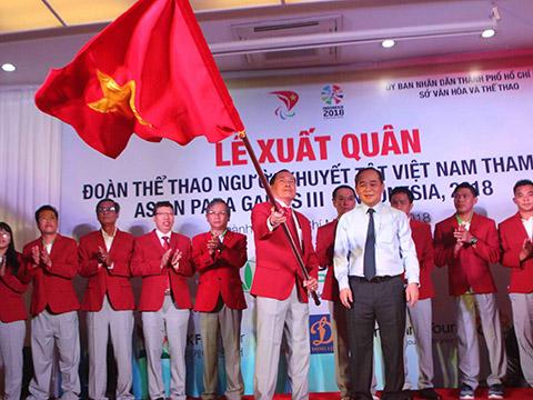 Thứ trưởng Lê Khánh Hải trao cờ xuất quân cho Trưởng đoàn Vũ Thế Phiệt vào sáng 28/9 tại TP.HCM. Ảnh: Trung Huy