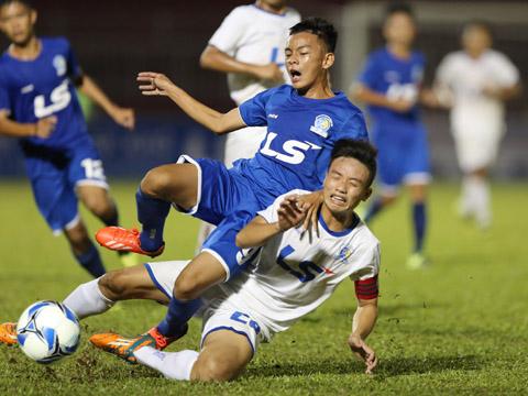 B.Bình Dương (xanh) bất ngờ thắng đậm An Giang để lấy ngôi đầu của SLNA sau lượt trận đầu. Ảnh: Anh Duy