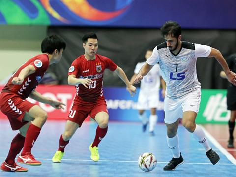 Nagoya Oceans (đỏ) là đội bóng được đánh giá mạnh hơn nhiều so với Thái Sơn Nam. Ảnh: Anh Lập