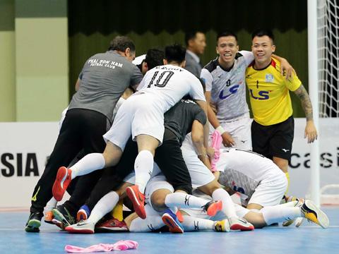 Niềm vui của các cầu thủ Thái Sơn Nam sau chiến thắng lịch sử trước Nagoya Oceans tối 8/8 trên đất Indonesia. Ảnh: Anh Lập