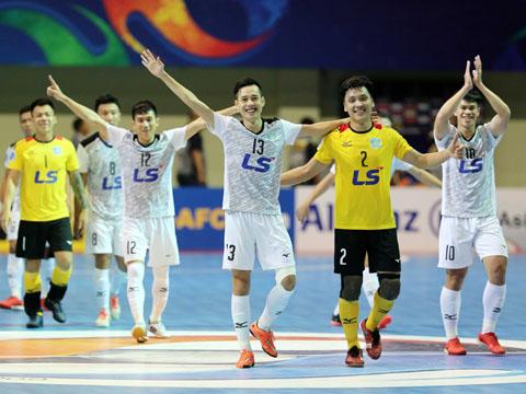 Thủ môn trẻ Hồ Văn Ý và các đồng đội đang viết lịch sử cho futsal Việt Nam trên đất Indonesia. Ảnh: Anh Lập