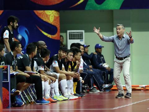 """HLV Rodrigo không hổ danh là """"phù thủy"""" futsal châu Á. Ảnh: Anh Lập"""