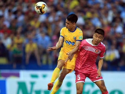 Đình Tùng là người ghi bàn duy nhất  giúp FLC Thanh Hóa vươn lên thứ 2 bảng xếp hạng. Ảnh: VPF