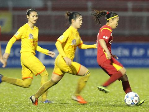 Huỳnh Như cũng góp một bàn thắng cho TP.HCM 1 trận này. Ảnh: Anh Duy