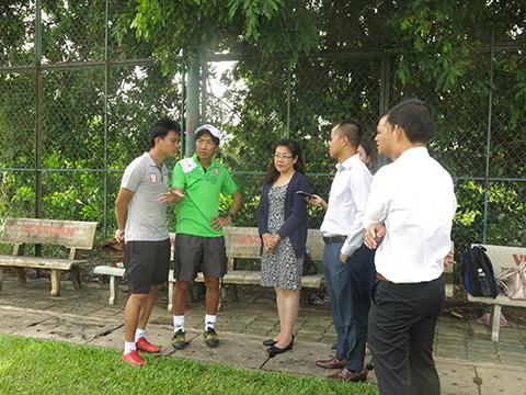 HLV Miura nói chuyện với các chuyên gia dinh dưỡng. Ảnh: DH