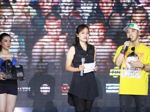 2 nghệ sĩ Hồng Ánh và Ưng Hoàng Phúc bán đấu giá găng tay của Lê Thị Bằng để ủng hộ người đồng nghiệp không may Thùy Dung. Ảnh: BH