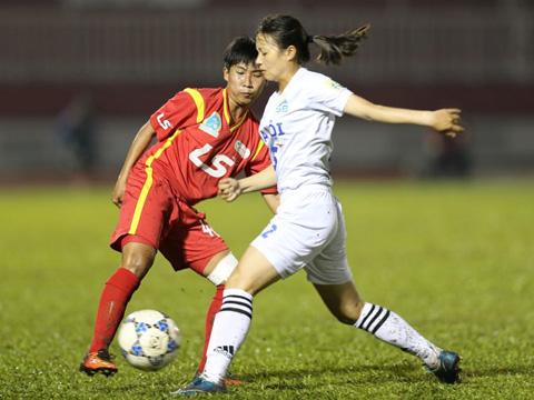 Hà Nội (trắng) bảo vệ ngôi đầu với 20 điểm. Ảnh: Anh Duy