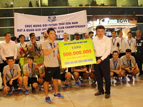 Đội trưởng Văn Vũ nhận quà từ VFF ở sân bay. Ảnh: Lam Anh TP