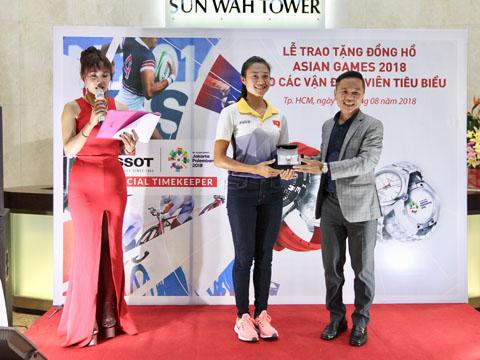 Lê Tú Chinh nhận chiếc đồng hồ Tissot PR100 Powematic 80 từ nhà tài trợ. Ảnh: QN